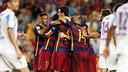Los jugadores del Barça se abrazan después del gol de Vermaelen / MIGUEL RUIZ - FCB