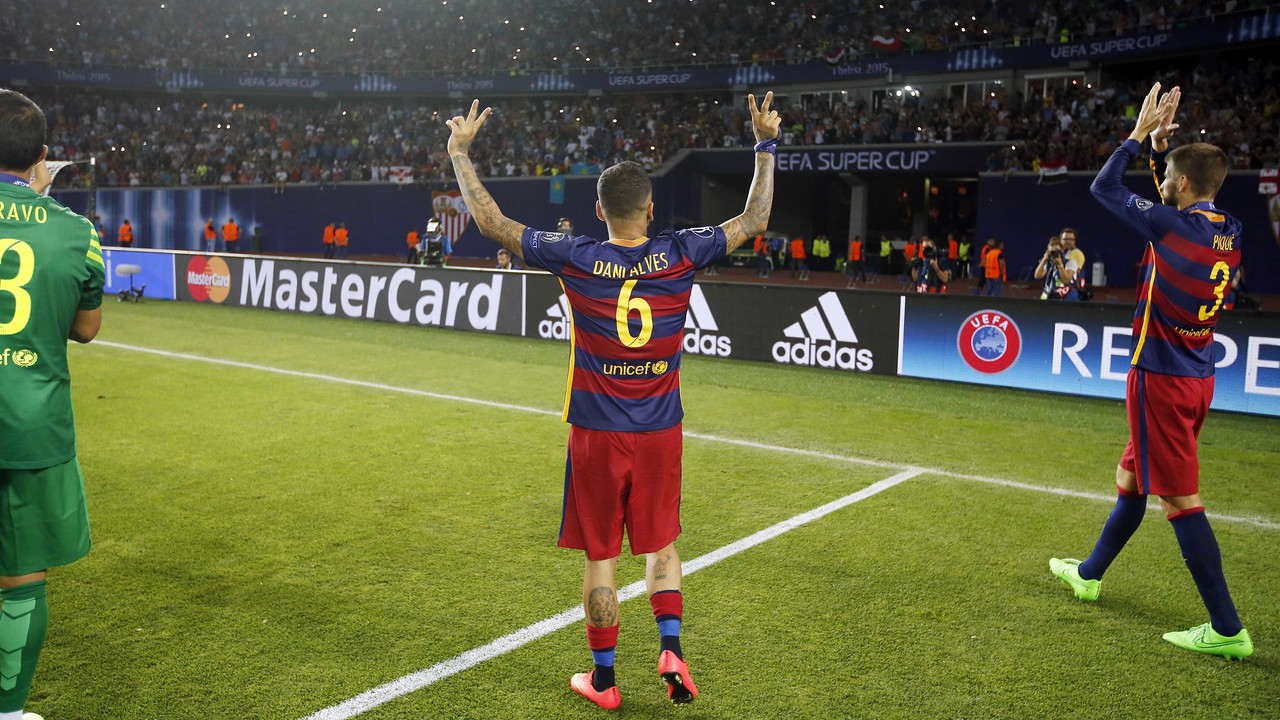 This season Alves has switched from 22 to 6 / MIGUEL RUIZ - FCB