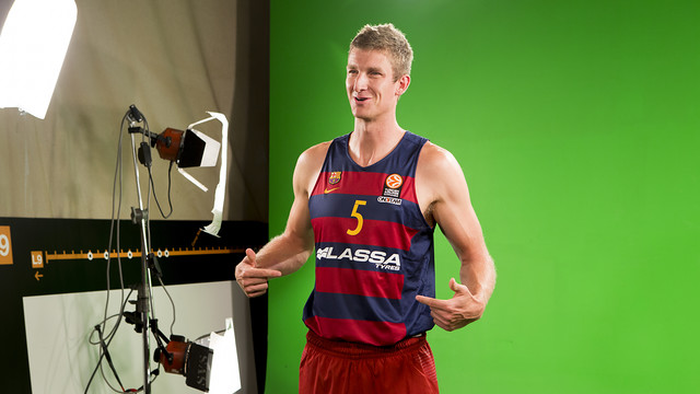 Justin Doellman takes part in the Lassa Tyres photo session. / DANI AZNAR - FCB