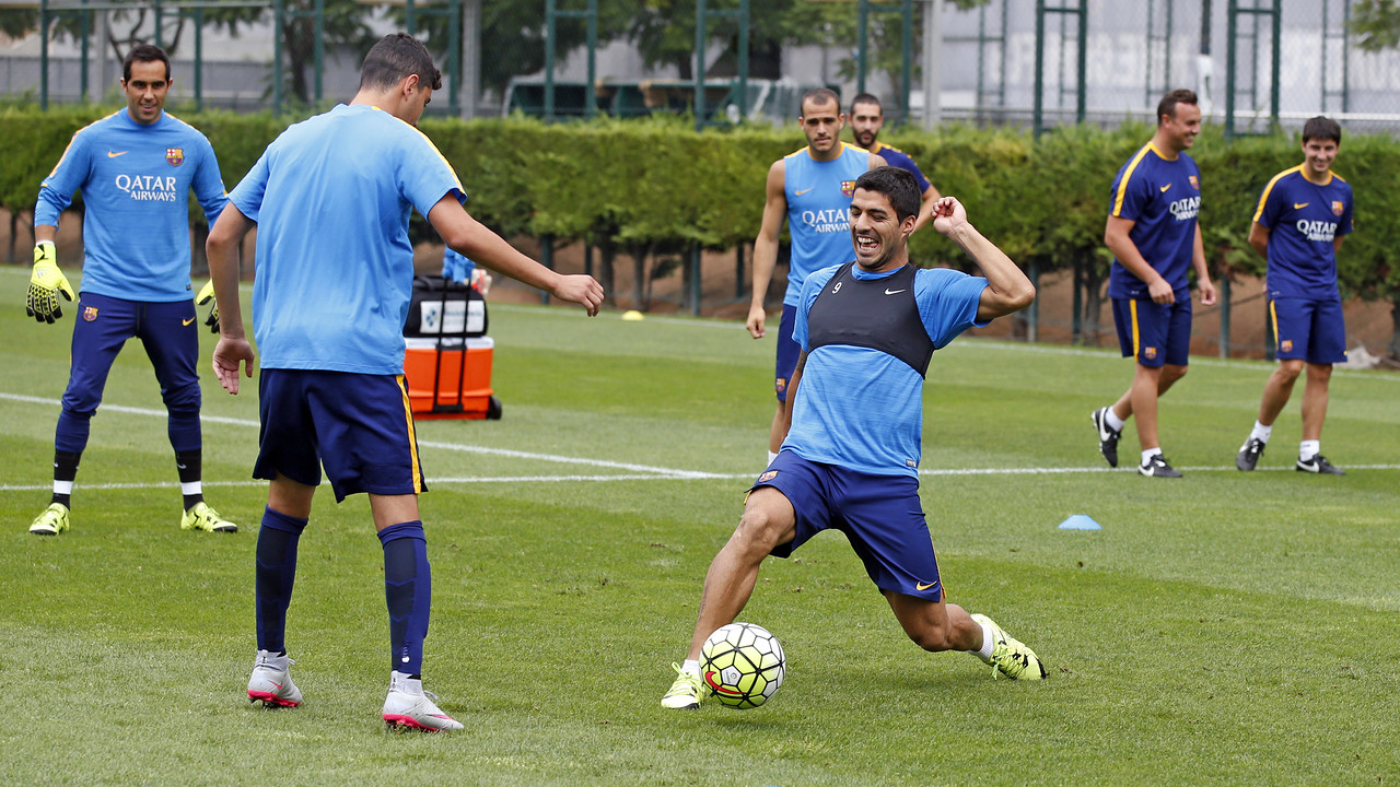 Luis Suárez makes a steal in a 'rondo' session during Thursday's workout at the Ciutat Esportiva. / MIGUEL RUIZ - FCB