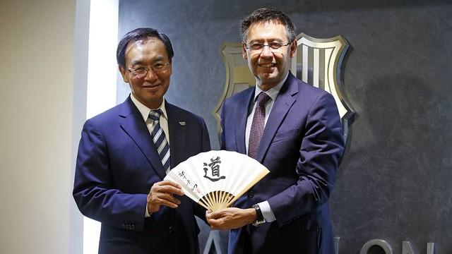 Kazuhiro Tsuga and Josep Maria Bartomeu - FCB