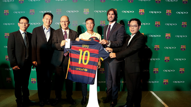 Vice-president Manel Arroyo and Xavi Asensi, and the vice-presidents of OPPO Sky, Anyi, Jim and Alen, at the presentation in Beijing.