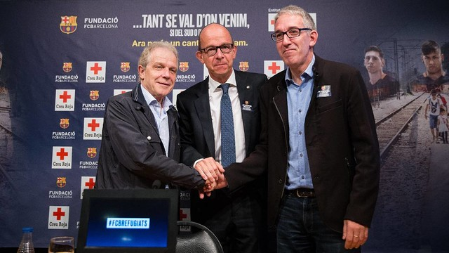 Vice President Jordi Cardoner (middle) with Josep Quitet and Enric Morist of the Red Cross. / GERMÁN PARGA-FCB