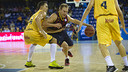 Forward Brad Oleson drives to the basket against Gran Canaria last season at the Palau Blaugrana. / Víctor Salgado - FCB