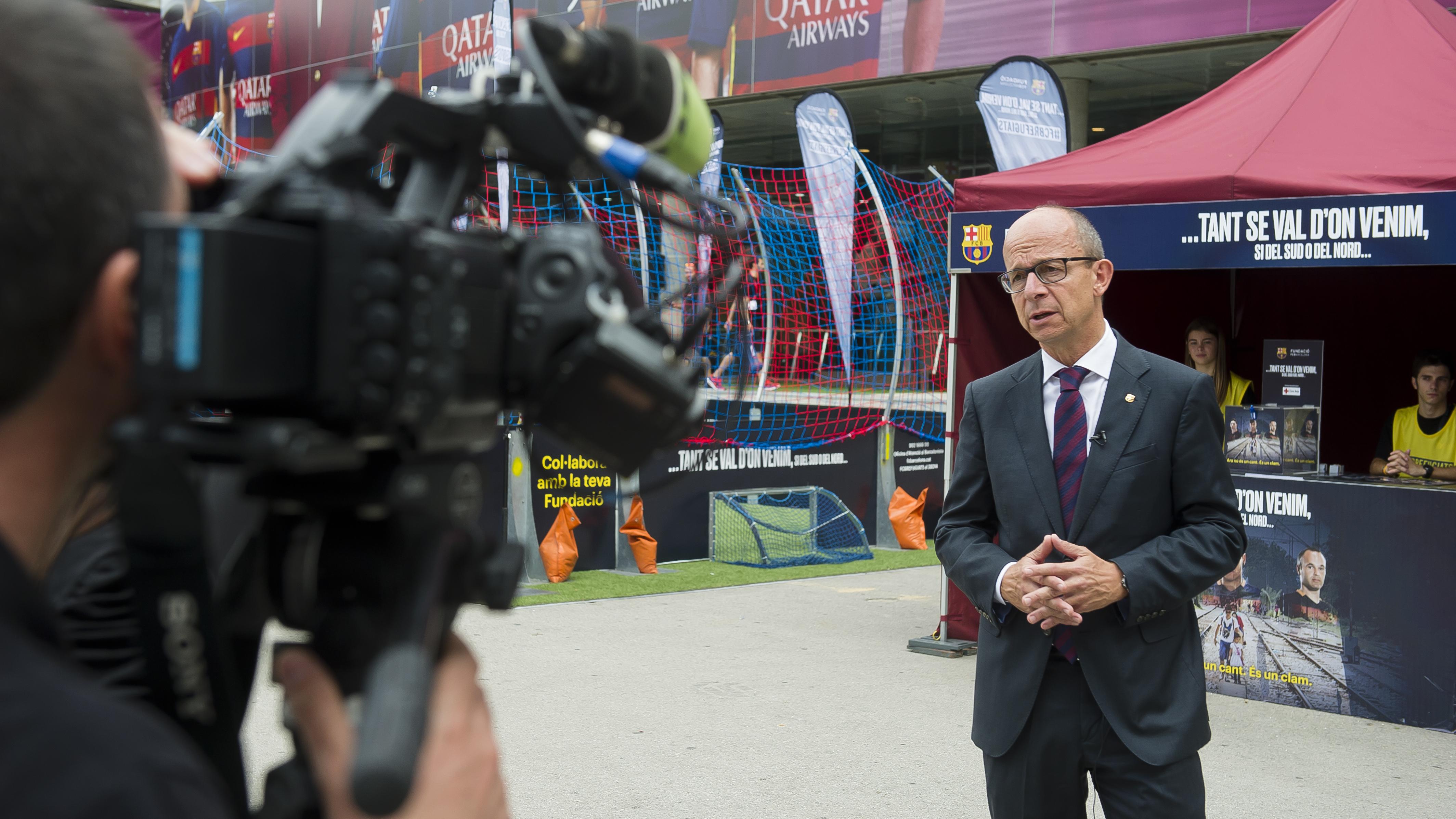 El vicepresident primer Jordi Cardoner atén a la televisió russa RT abans del partit
