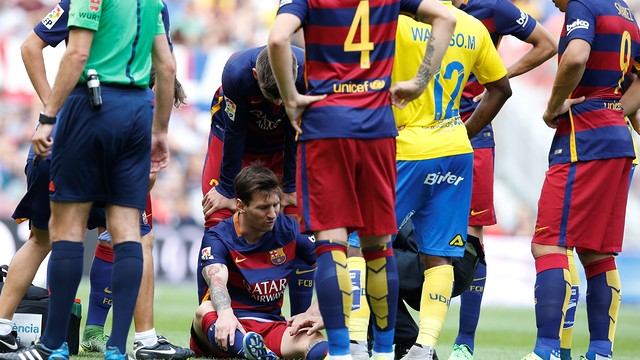 Messi just after suffering his injury  / MIGUEL RUIZ-FCB