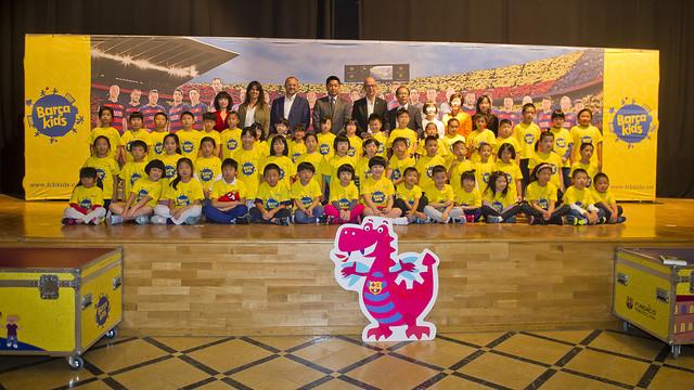 Foto de familia con los representantes institucionales y algunos de los niños que han participado en 'Barçakids'.