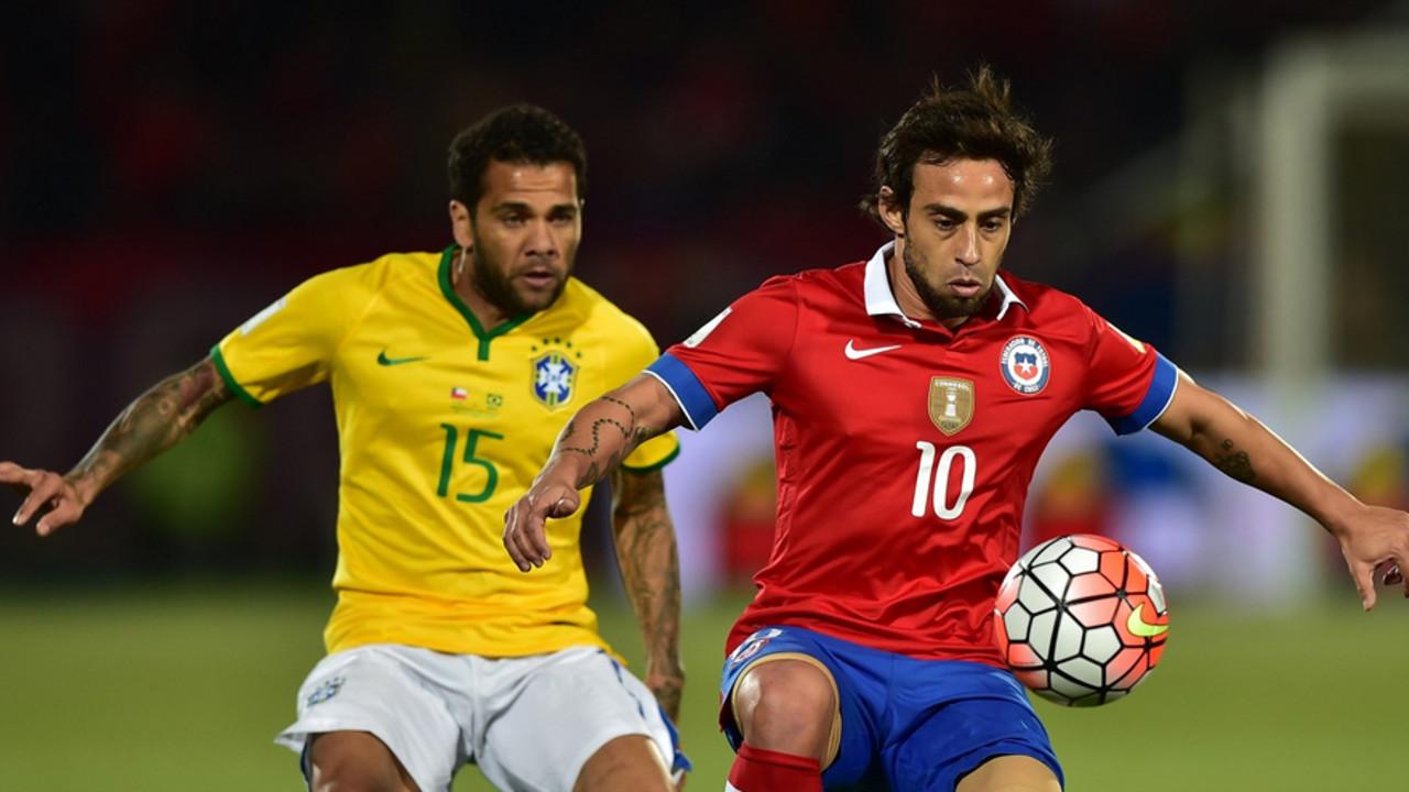 Daniel Alves na partida contra o Chile/ FIFA