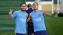 Douglas i Neymar, abans de començar l'entrenament / MIGUEL RUIZ - FCB