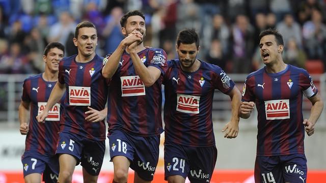 Borja Bastón celebra su último gol con el Eibar   LFP 44cc4d6659e