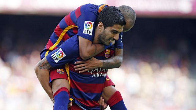Luis Suárez carregando Neymar nas costas