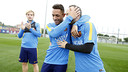 Iniesta felicita Adriano pel seu aniversari abans de l'entrenament / MIGUEL RUIZ - FCB