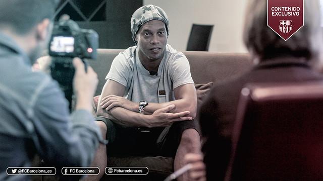 Ronaldinho, sentado em um sofá, durante a entrevista.