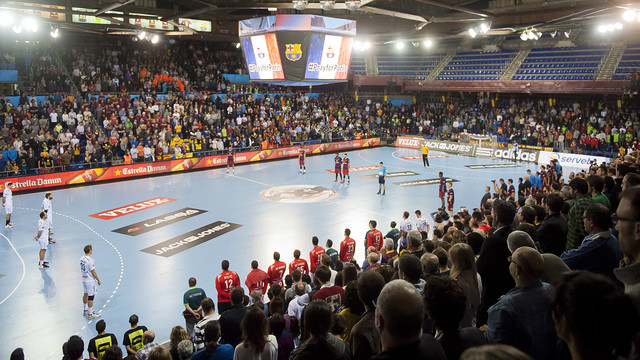 Fans and players observe a minute of silence at the Palau Blaugrana prior to the match to show support for the victims of Friday's attacks in Paris, France. / VICTOR SALGADO - FCB