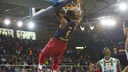 Shane Lawal in action under the boards / VÍCTOR SALGADO - FCB