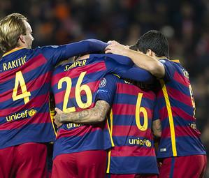 Os craques do Barça celebram um gol.