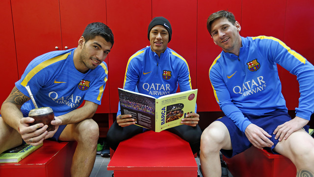 Suárez, Neymar and Messi, with the book 'A historic treble' / MIGUEL RUIZ - FCB