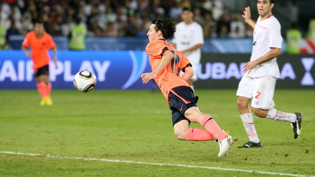 Leo Messi scoring his famous chested goal in 2009/10 / ARXIU-FCB