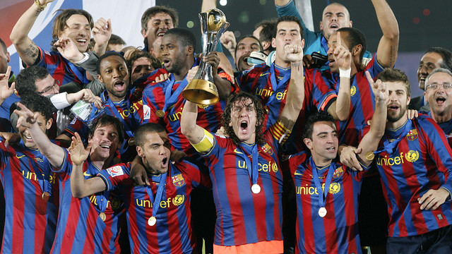 The players celebrate winning the trophy in 2009 / MIGUEL RUIZ-FCB