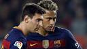 Messi i Neymar, seriosos abans de llançar una falta directa / MIGUEL RUIZ - FCB