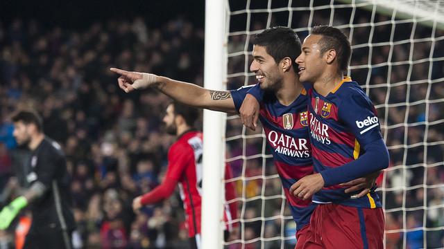 Neymar Jr. e Luis Suárez celebram um gol no último jogo do Barça