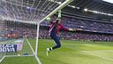 Claudio Bravo s'étire lors de l'échauffement/ MIGUEL RUIZ - FCB