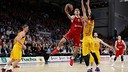 Nikos Zisis of Brose Baskets scores a basket against Barça / EUROLEAGUE