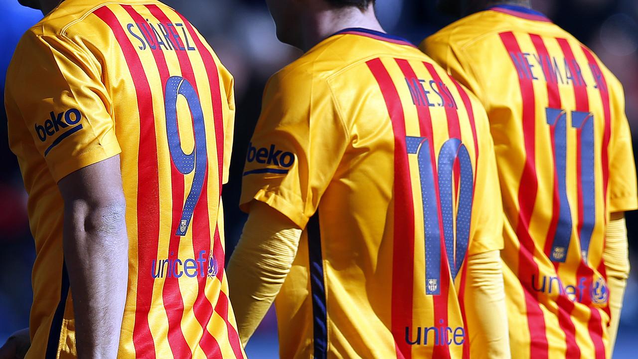 Suárez, Messi i Neymar, d'esquenes, al Ciutat de València / MIGUEL RUIZ - FCB