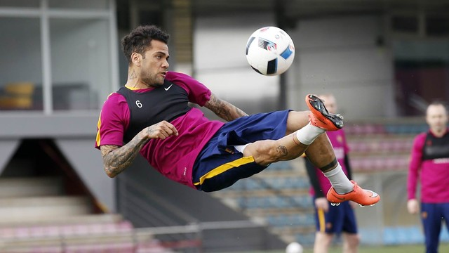 An acrobatic Dani Alves during the Tuesday training session / MIGUEL RUIZ-FCB