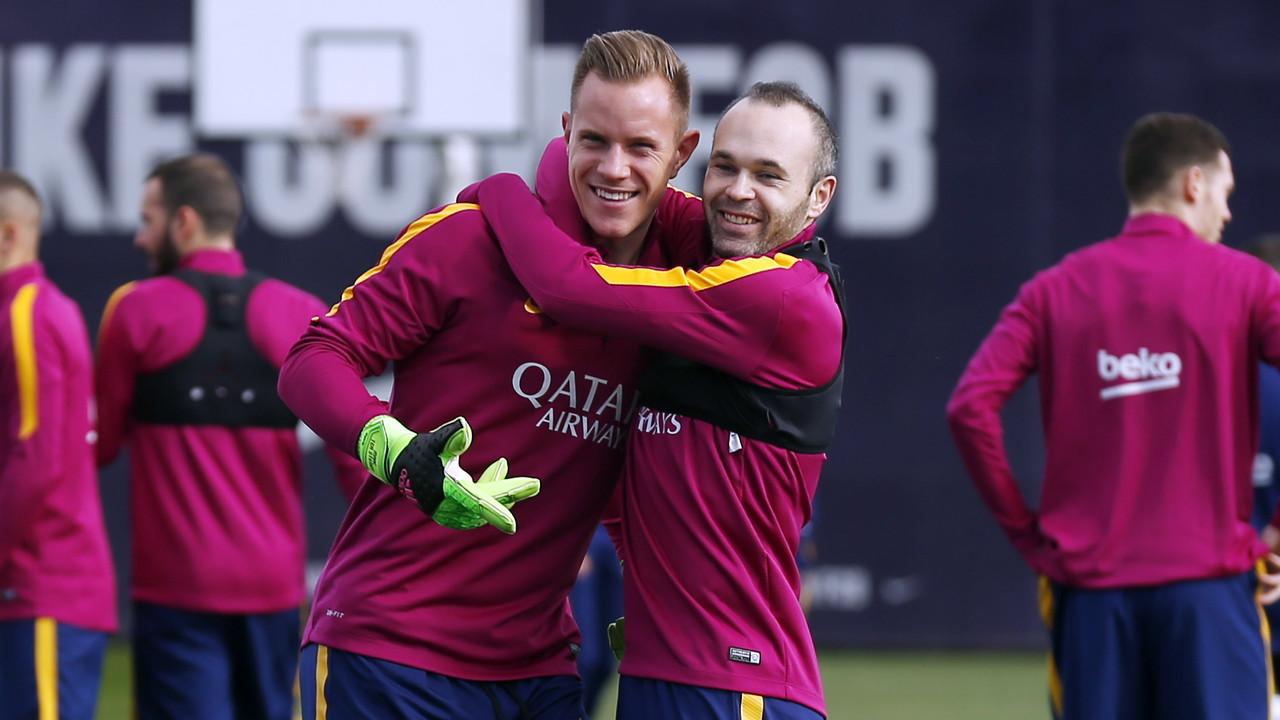 Ter Stegen dan Andres Iniesta selama sesi latihan pada hari Sabtu ini / MIGUEL RUIZ - FCB