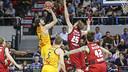 Ante Tomic shoots over Zaragoza's Henk Norel. / ACB PHOTO