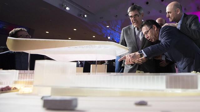Jordi Bertomeu (left) with Josep Maria Bartomeu and Jordi Moix at the presentation of the New Palau Blaugrana. / SANTIAGO GARCÉS - FCB