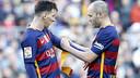 Andrés Iniesta cedeix el braçal de capità a Messi / MIGUEL RUIZ - FCB