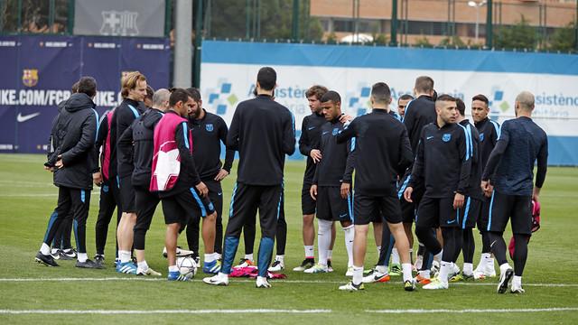 Los jugadores del primer equipo durante el entrenamiento de este lunes en la Ciudad Deportiva / MIGUEL RUIZ - FCB