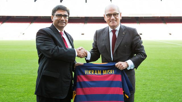 Vice-president Carles Vilarrubí with Indian AmbassadorVikram Misri during the visit to the Camp Nou./ GERMÁN PARGA - FCB