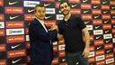 Apretón de manos entre Toni Miró y Xavi Barroso. FOTO: PACO LARGO - FCB