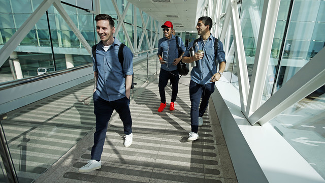 The trident makes its way to the gate at Barcelona-El Prat Airport. / MIGUEL RUIZ - FCB