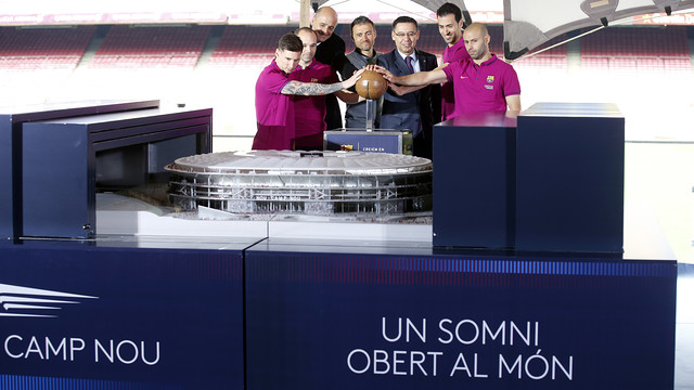 The four first team captains (Messi, Sergio, Iniesta and Mascherano) with President Bartomeu, coach Luis Enrique and the model of the New Camp Nou / MIGUEL RUIZ - FCB