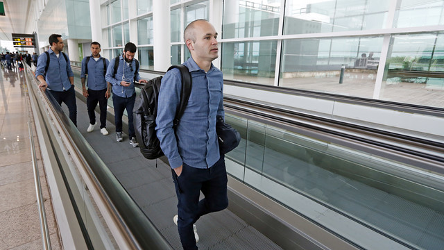 Iniesta, with Bravo, Alves and Arda at El Prat airport / MIGUEL RUIZ - FCB