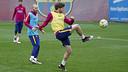 Sergi Roberto y Andrés Iniesta durante el entrenamiento de este viernes en la Ciudad Deportiva / MIGUEL RUIZ - FCB