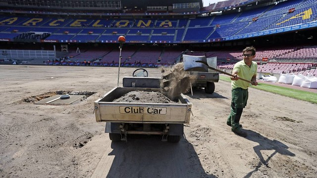 Work taking place on the pitch at Camp Nou / MIGUEL RUIZ-FCB