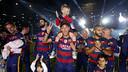 カンプノウで息子と共に二冠を祝うネイマールJr / MIGUEL RUIZ - FCB