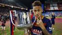 Neymar Jr with the Copa del Rey trophy won against Sevilla / MIGUEL RUIZ - FCB