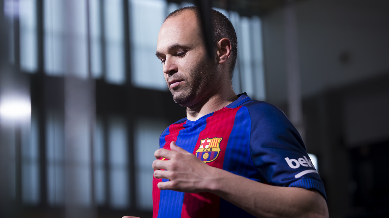 Andrés Iniesta during the recording of the video with the new FC Barcelona kit / FCB