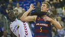 Barça's Justin Doellman and Laboral Kutxa's Mamadou Diop battle for position in the final game of the regular season at the Palau Blaugrana. / FCB
