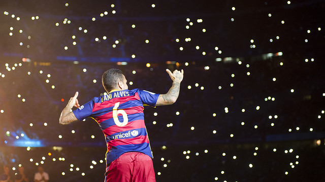 Dani Alves speaks to the Camp Nou crowd at the end of the season / VÍCTOR SALGADO - FCB