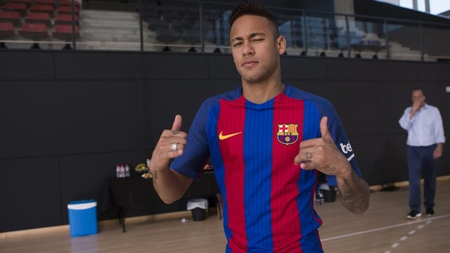 Neymar wearing the new FC Barcelona kit / FCB