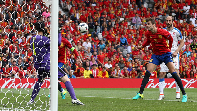 Gerard Piqué nods in past Petr Cech to give Spain the late lead on Monday afternoon. / UEFA