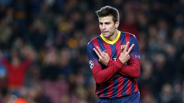 Piqué hace el gesto de la victoria con las dos manos durante la celebración de su golració del seu gol